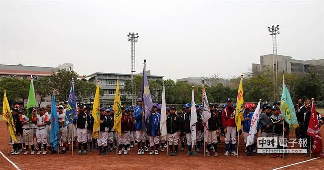 嘉義市桃城盃少年軟式棒球邀請賽21日開幕。(廖素慧攝)