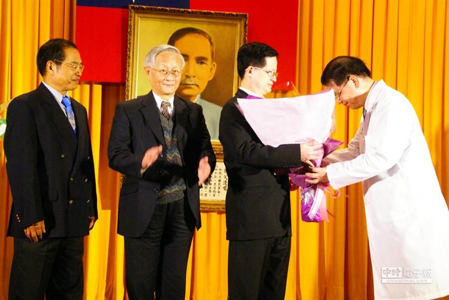 現任院長王崇禮(右一),獻花束給前院長黃世傑(右二)。(周麗蘭攝)