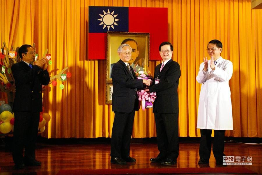 黃世傑(右二)又把花束送給推動改制的前台大醫院總院長李源德(右三)。(周麗蘭攝)