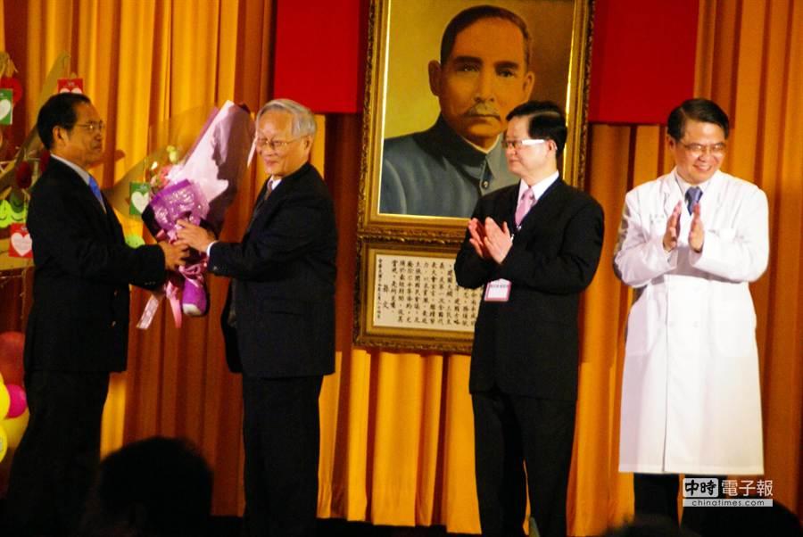 李源德(右三)把花轉送給當年無私推動合併的雲林醫院末代院長呂源三(左一)。(周麗蘭攝)
