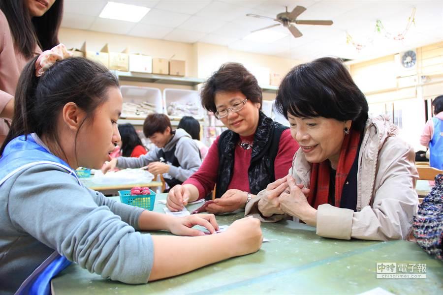 教育部政次黃碧端21日參訪青年壯遊點之一的財團法人鞋類暨運動休閒科技研發中心,還和學員一起DIY手工鞋。(盧金足攝)