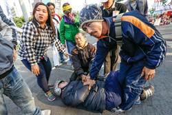 男子立院門口襲警 遭民眾壓制送警