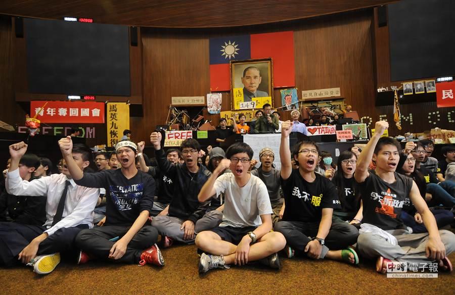 在學生總領隊林飛帆帶領下,學生們憤怒喊「退回服貿」等口號。(劉宗龍攝)