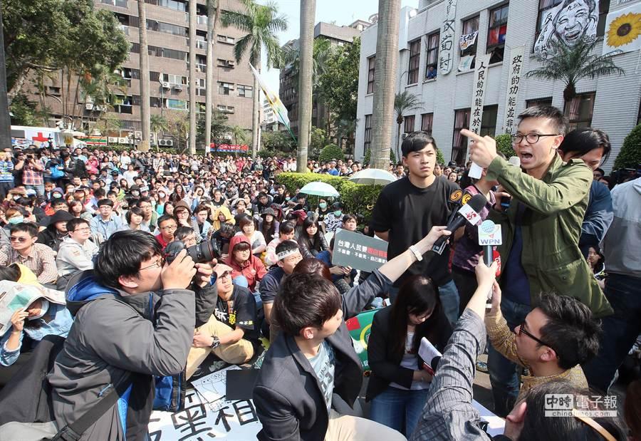 反服貿學生代表、律師及公民團體代表23日走出議場,對現場抗議的學生與民眾發表談話,號召父母帶著孩子、學生一同罷課響應抗爭。(陳信翰攝)