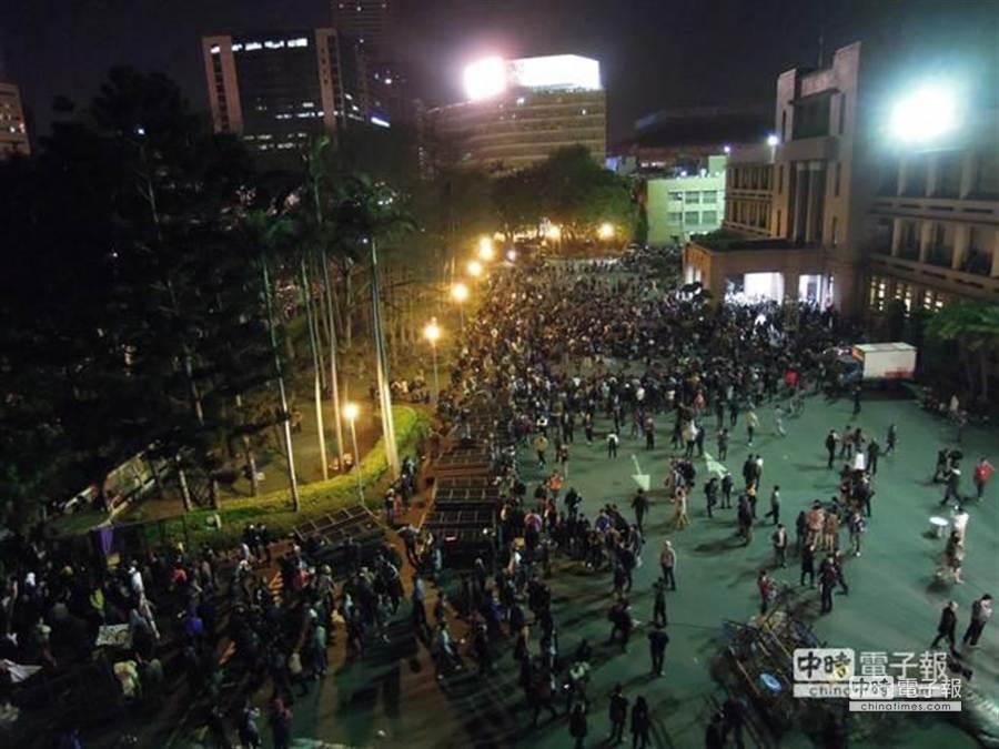 凌晨0點,上千學生集結政院前方,高喊「退回服貿」。(朱真楷攝)
