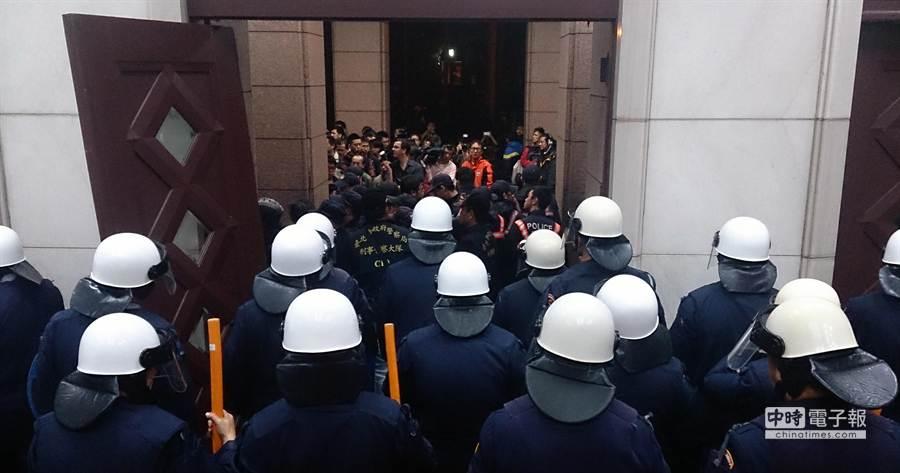 全副武裝的鎮暴警察凌晨在行政院一樓大庭就位,準備執行驅離行動。(王爵暐攝)