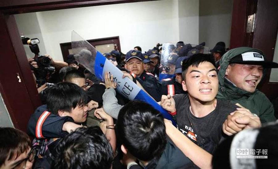 民眾在衝入行政院時與警方爆發衝突。(王爵暐攝)