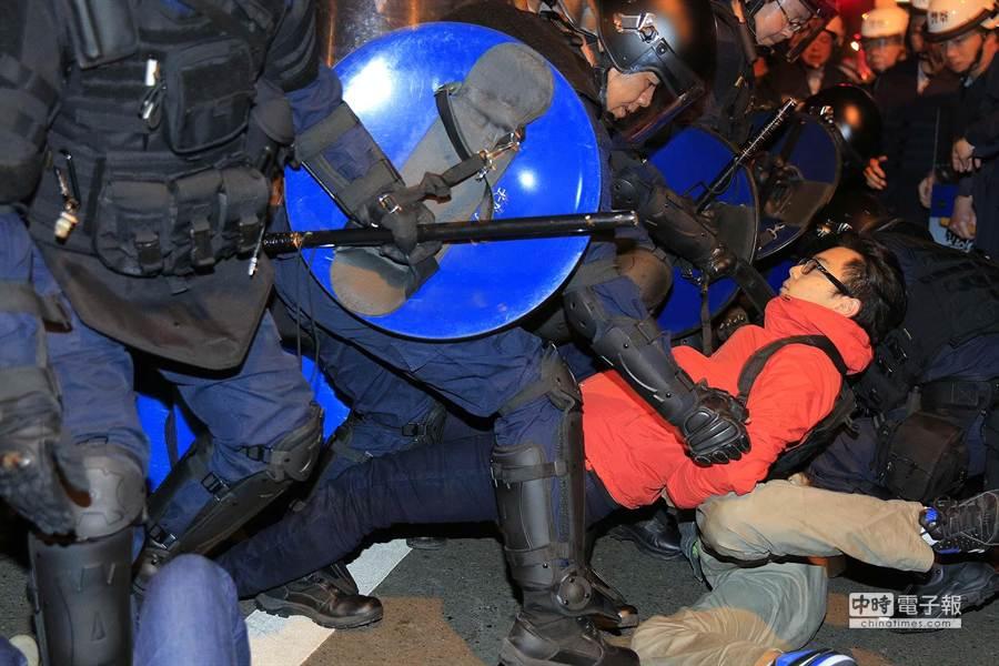 警察將一名民眾抬離。(方濬哲攝)