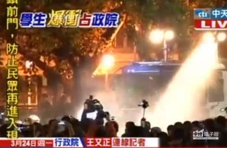 警方在凌晨出動鎮暴噴水車驅散群眾。(中天新聞)