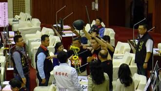 議員出示警棍 怒轟警察打人