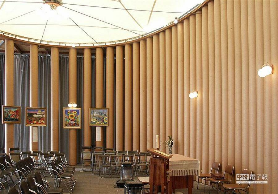 日本建築師坂茂1995年為阪神大地震中毀損的鷹取教會打造的紙教堂,後來拆卸捐贈給921大地震重創的臺灣南投,在埔里重建。(取自維基百科)