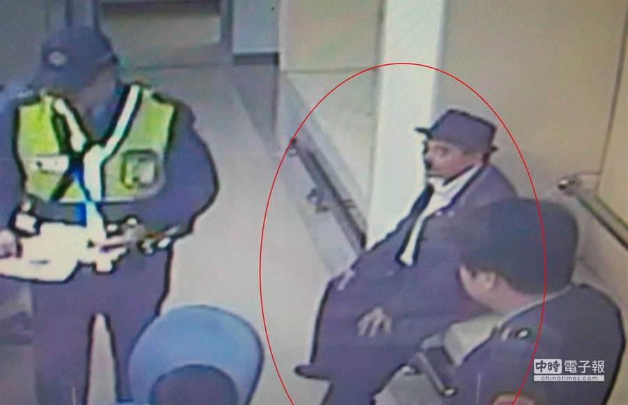 因盜墓案遭通緝的張姓男子(右上),因穿著像極卓別林,違規停車引側目被捕。(簡光義翻攝)