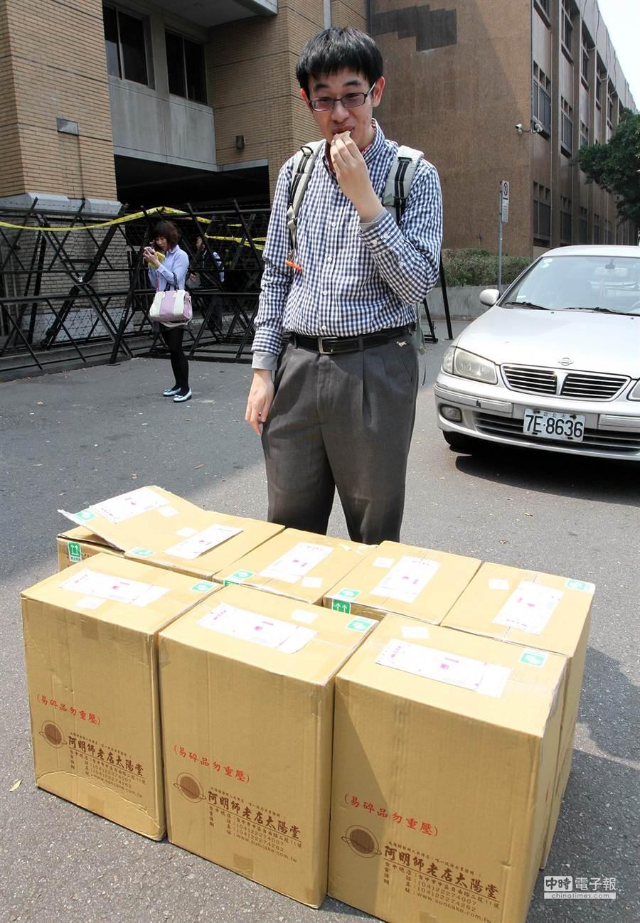 網友邱于峻買了150盒太陽餅送到行政院。〈趙雙傑攝〉