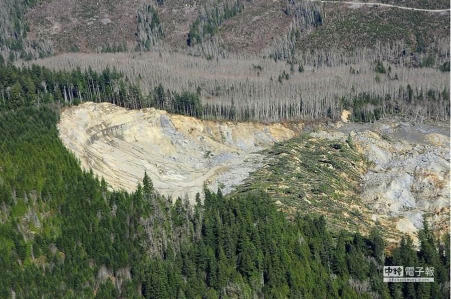 從照片可看出,2000噸山泥將森林村莊整個掩埋。(路透)