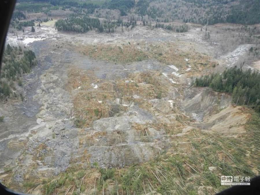 2000噸山泥所經之地,成為一片土石,而且土石流還在移動,增加救援困難。(路透)