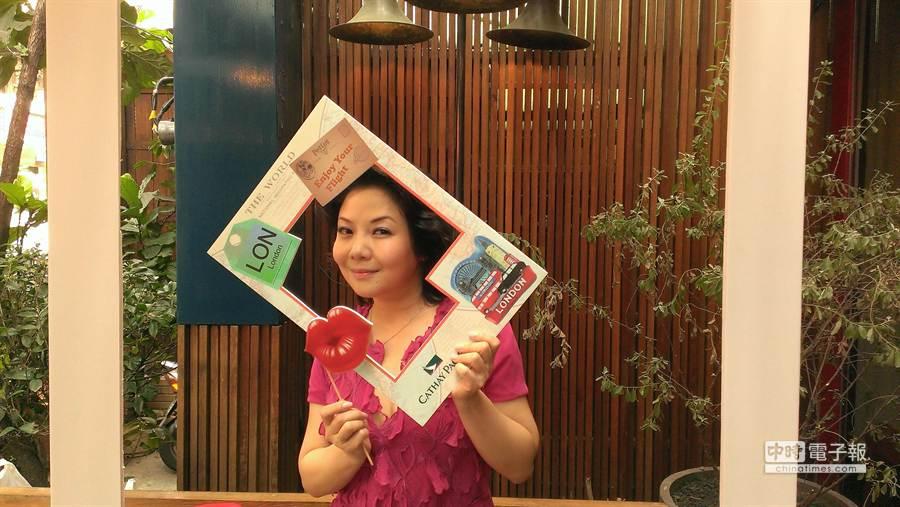 國泰航空台灣公司總經理羅穎怡和媒體朋友一起玩「買一送一,玩翻全球」活動。圖:張佩芬