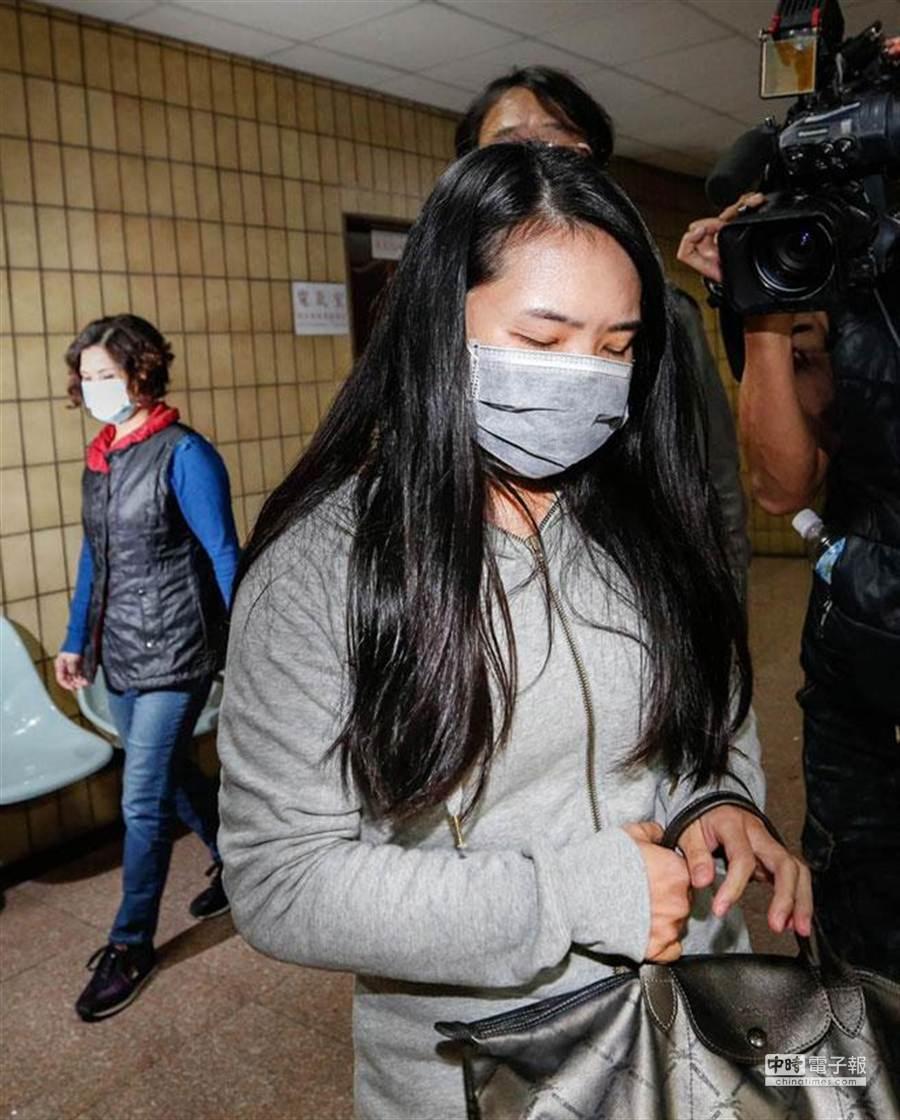 台北地方法院審理鹽奶殺嬰案,傳女嬰生母陳美蓁(前)和陳美蓁母親陳徐員(左後)出庭作證。(陳振堂攝)