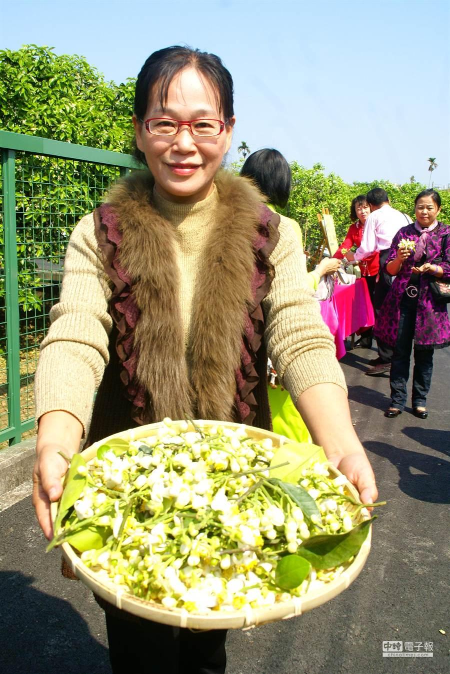 市長謝淑亞代表灑花。(周麗蘭攝)