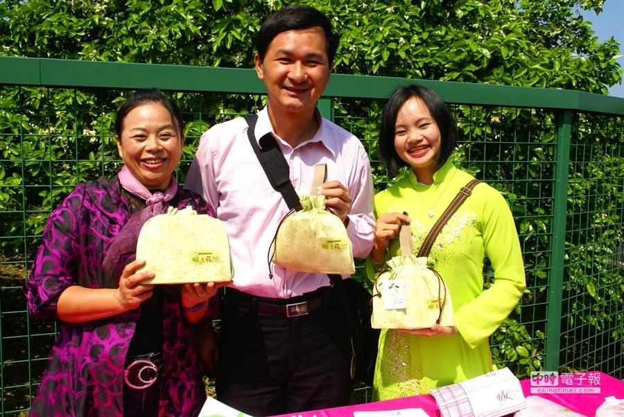 一日遊參加者每人送ㄧ個福袋,福袋是新移民媽媽手工做的。(周麗蘭攝)