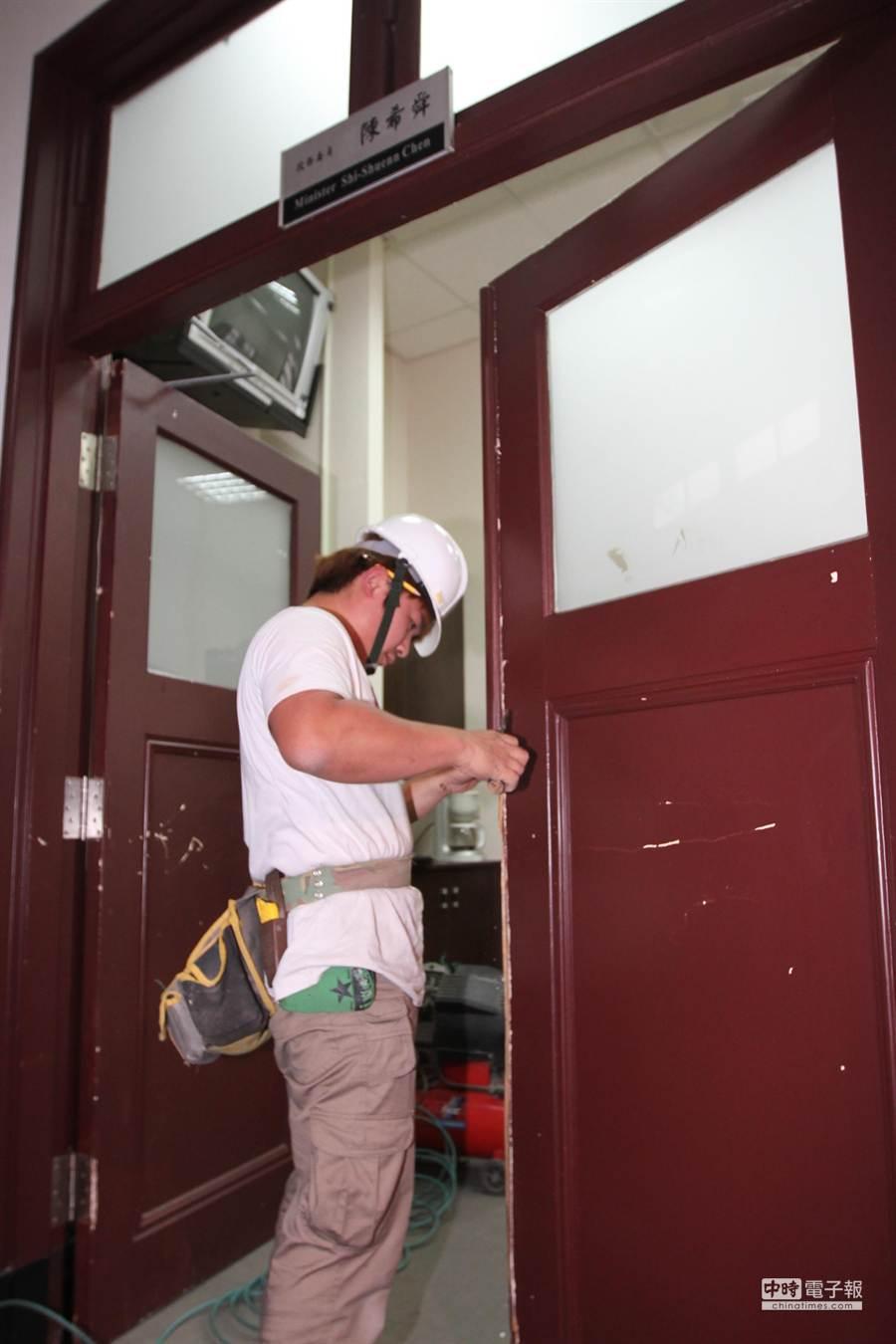 工人修復受損的門。(趙雙傑攝)