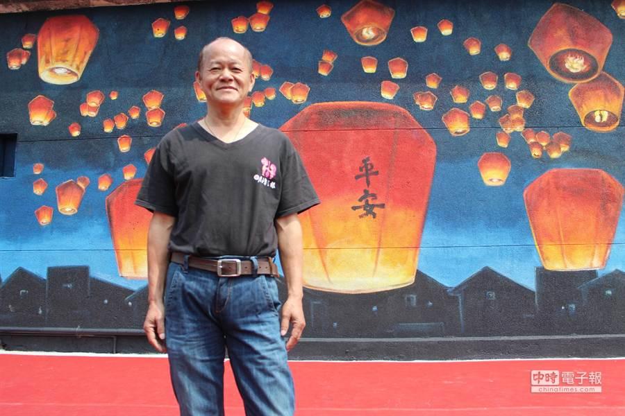 江錦豐擁有33年繪製電影看板經驗,此次受邀在435藝文特區的老牆上作畫,僅花近7小時就完成巨幅天燈齊放圖。(郭逸攝)