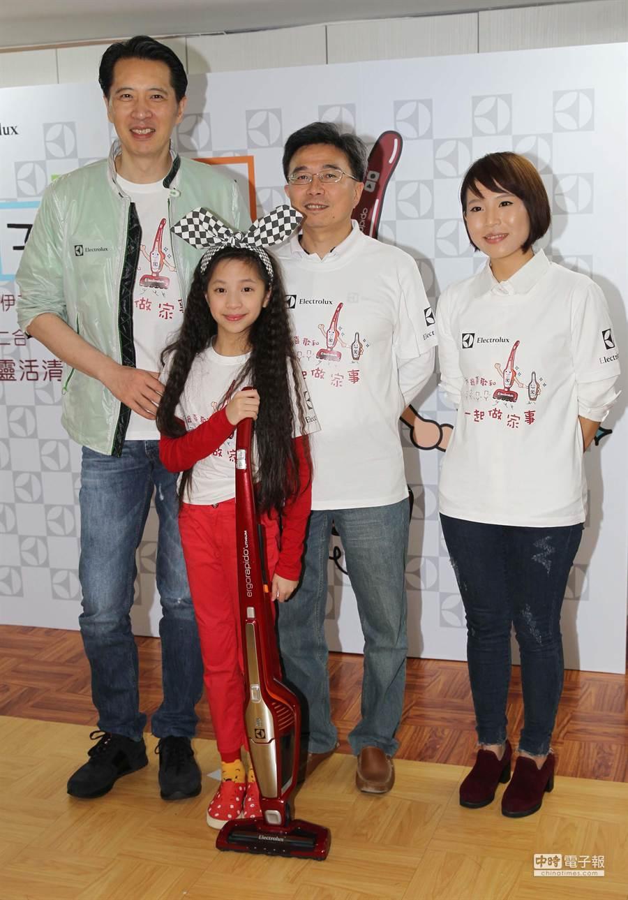 瑞典伊萊克斯推出國內首款親子共用二合一直立式無線吸塵器,找來藝人歐陽龍及他的三女兒歐陽娣娣站台。(業者提供)