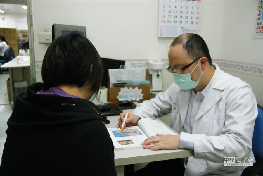 苗栗醫院即日起提供民眾旅遊醫學門診服務,初期諮詢者多。(陳慶居攝)