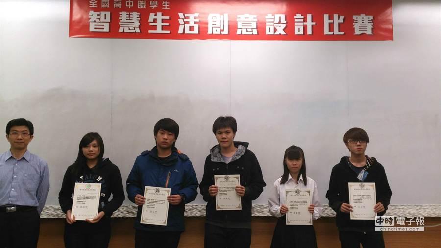 花工學生日前參加103年度全國高中職學生智慧生活創意設計比賽,共奪下3獎,讓同學超開心。(簡浩正攝)