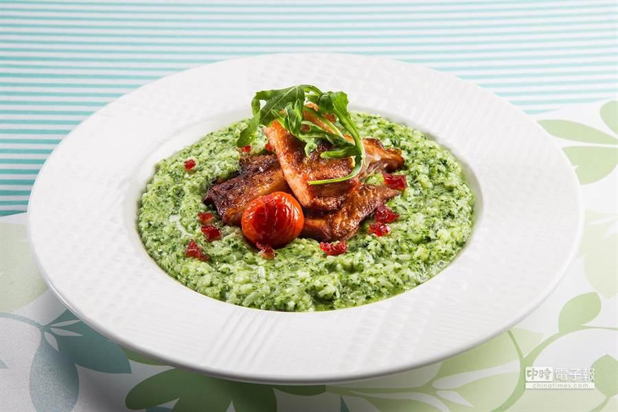 『脆皮香料雞腿起司菠菜燉飯』($260),使用大量菠菜泥和大蒜起司與高湯一起燉煮(圖/百富通集團提供)