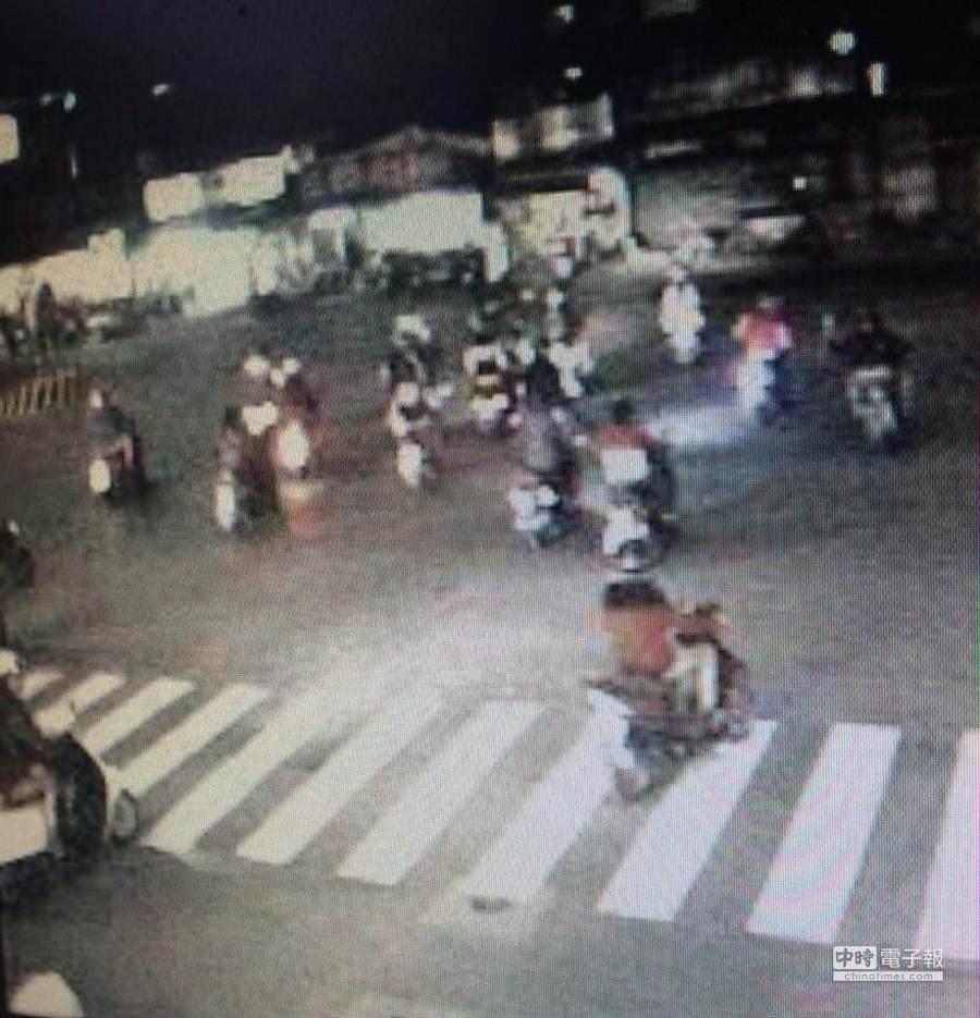 警方調閱板橋區長江路往台北市方向道路監視器,果然發現近百部掩蓋車牌或貼反服貿貼紙的疑似飆車族。(王揚傑翻攝)