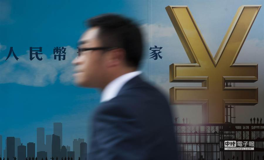 1月29日,市民從香港中環一家銀行的人民幣廣告前走過。     據香港金管局最新公佈的資料顯示,截至2013年11月底,香港人民幣客戶存款及存款證餘額分別為8270億及1815億元,合計10085億元,較2012年底的7202億元增加40%。     新華社記者 呂小煒攝