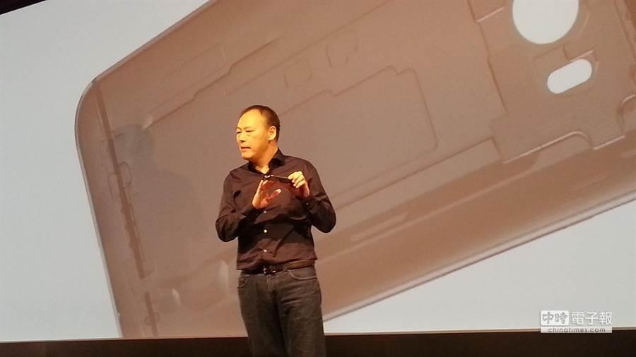 HTC執行長周永明正式展出HTC One (M8),搭載專業級Duo景深相機,與直覺化Motion Launch手勢啟動的高階智慧型手機。(翁毓嵐攝)