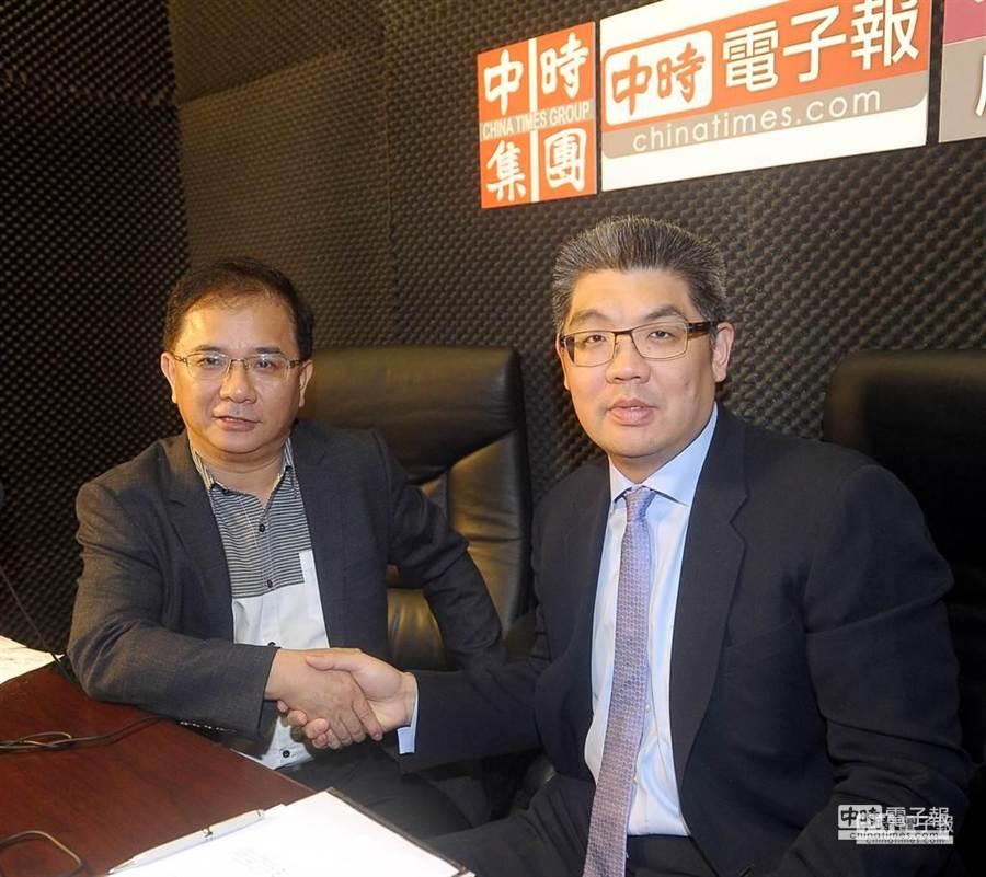 欲代表國民黨角逐台北市長候選人的連勝文(右)27日在本報接受本報副社長張景為(左)的廣播專訪。(季志翔攝)