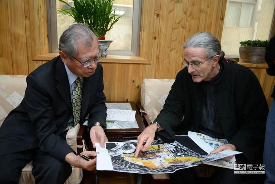 Randy教授(右)向林務局長李桃生(左)解釋茄萣溼地黑面琵鷺的狀況。(中華鳥會提供)