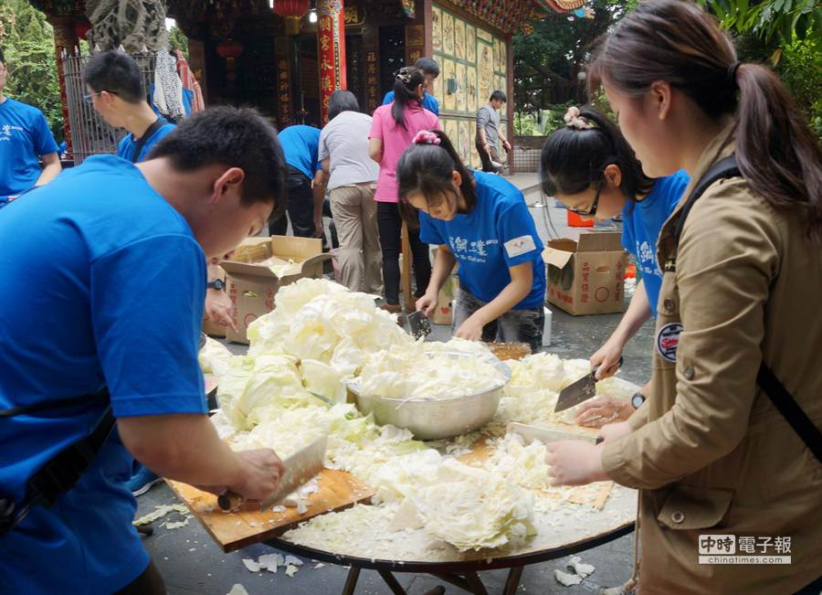 穿著藍色T恤的青年志工,是中央警察大學的學生,他們趁著329青年節,選擇做公益。(甘嘉雯攝)