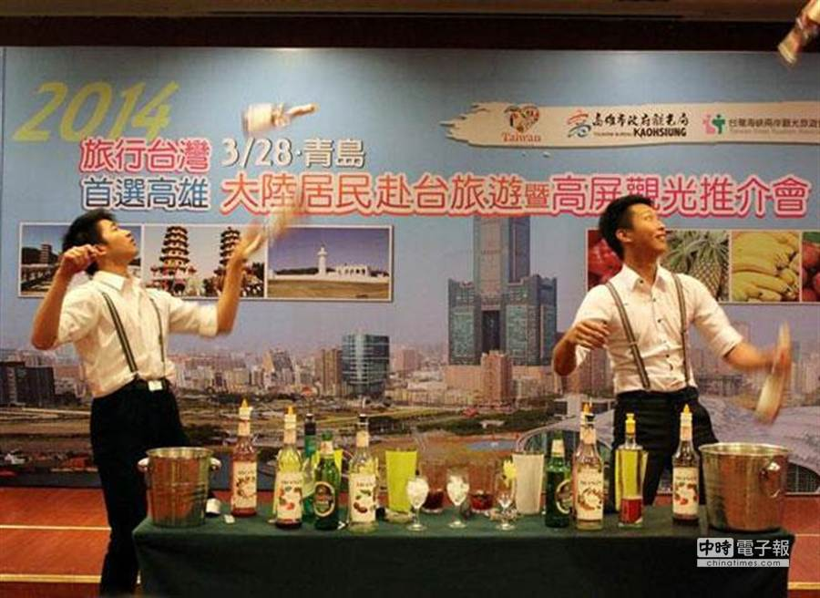 亞洲花式調酒大賽冠軍許博勝(右一)運用青島在地生鮮啤酒,調出酸甜回甘的「愛戀高雄」啤酒。(高市府觀光局提供)