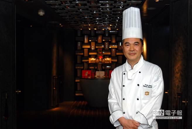 擁有「廣州餐飲大師」頭銜的陳國雄,研發出用羅漢果紅燒肉的作法,在廣州非常受到當地政要名流歡迎。(姚舜攝)