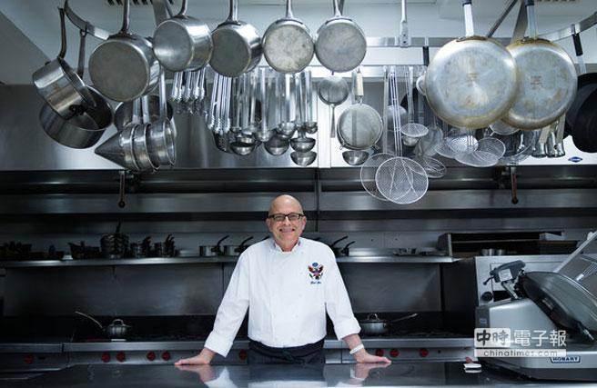 甜品大廚比爾·約賽斯在白宮廚房,他曾在這裡創製出許多健康甜品。(圖取自紐時中文網)