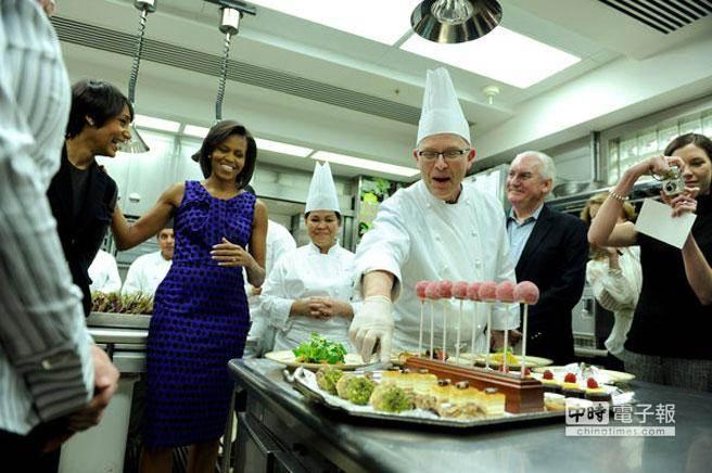 比爾·約賽斯將不再擔任白宮甜品大廚。圖為2009年,他向蜜雪兒·歐巴馬和烹飪學生講解正式晚宴上的甜品。(圖取自紐時中文網)