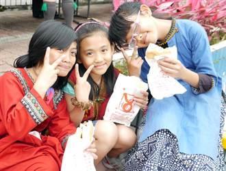 早餐店 贈貧童400份漢堡