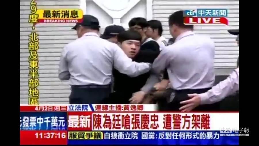 學生代表陳為廷今早在立院議場外被警衛強行架走。(圖/中天電視提供)