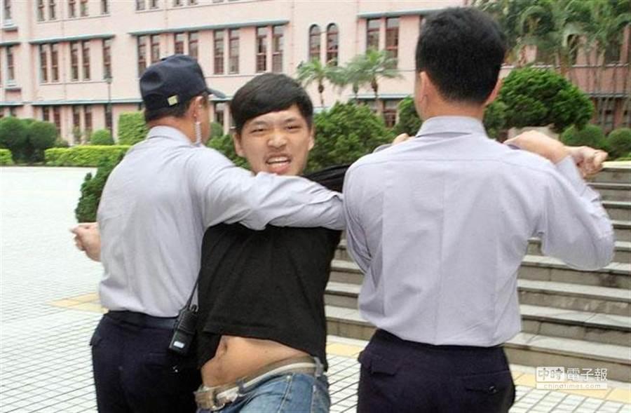 陳為廷遭警察架走。(姚志平攝)