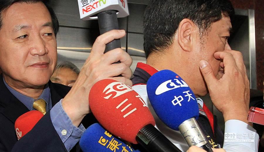 內政委員會召委張慶忠(右)現在的處境可真是豬八戒照鏡子裡外不是人。(姚志平攝)