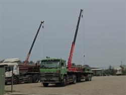 吊掛鐵樁脫勾 壓死拖板車司機