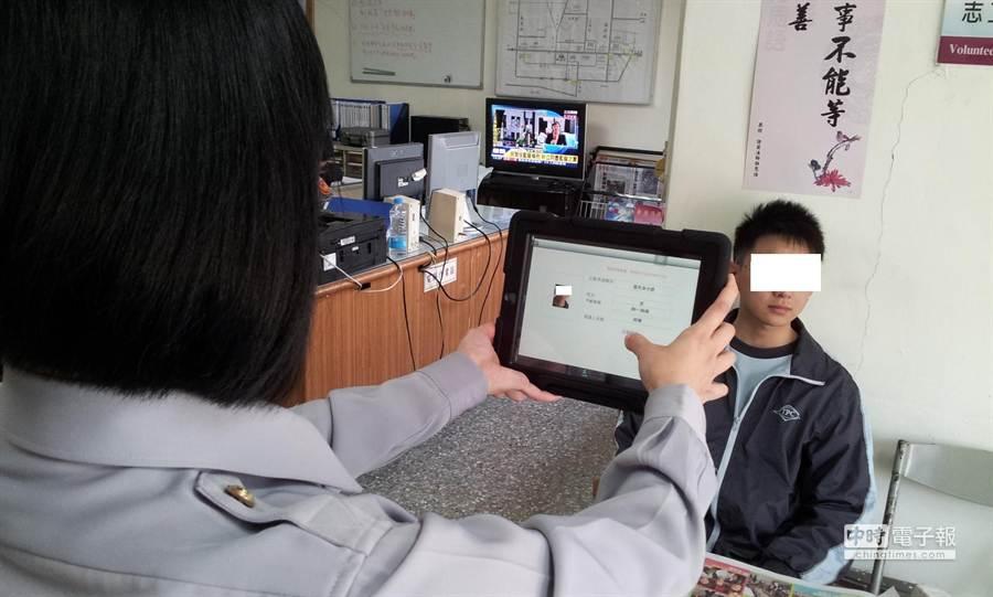 警政署配置警用行動電腦M-POLICE,新增相片即時比對系統,不用開口也可以查出身分。(資料照片/陳育賢翻攝)