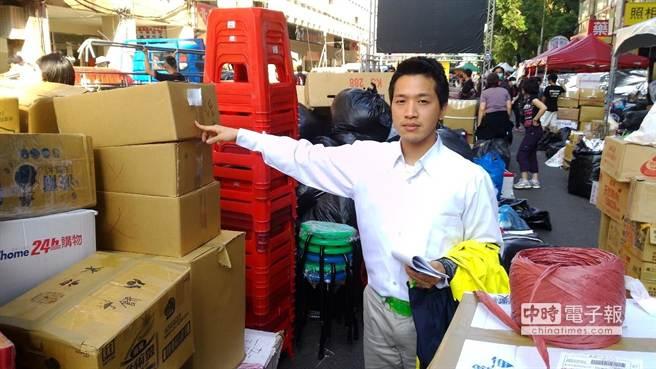台北市議員何志偉下午3點親自到濟南路、鎮江街物資聚集現場與學生代表會勘。(台北市議員何志偉提供)