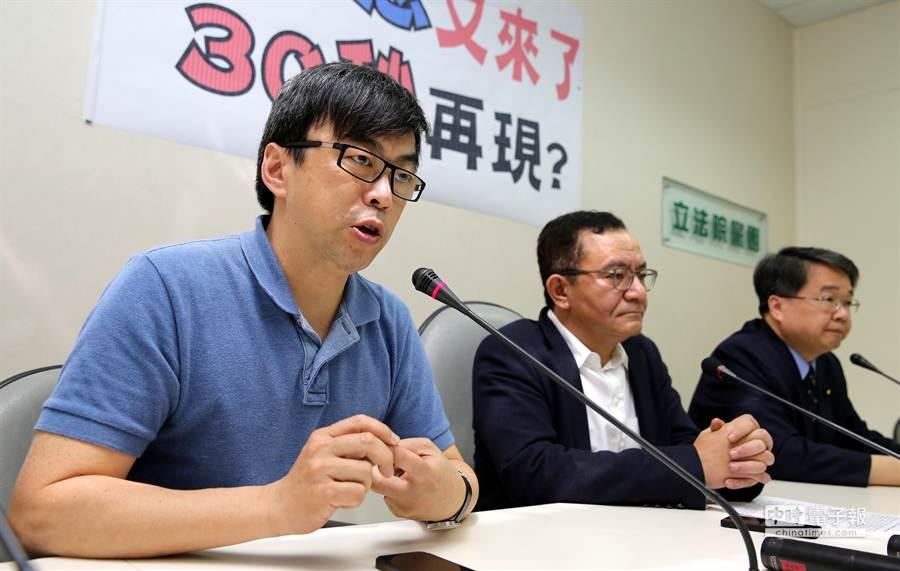 民進黨立院黨團立委段宜康(左起)、高志鵬及吳秉叡舉行記者會。(王爵暐攝)