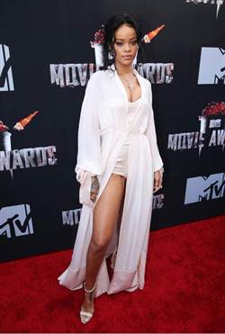 MTV電影大獎紅毯 蕾哈娜露一腿