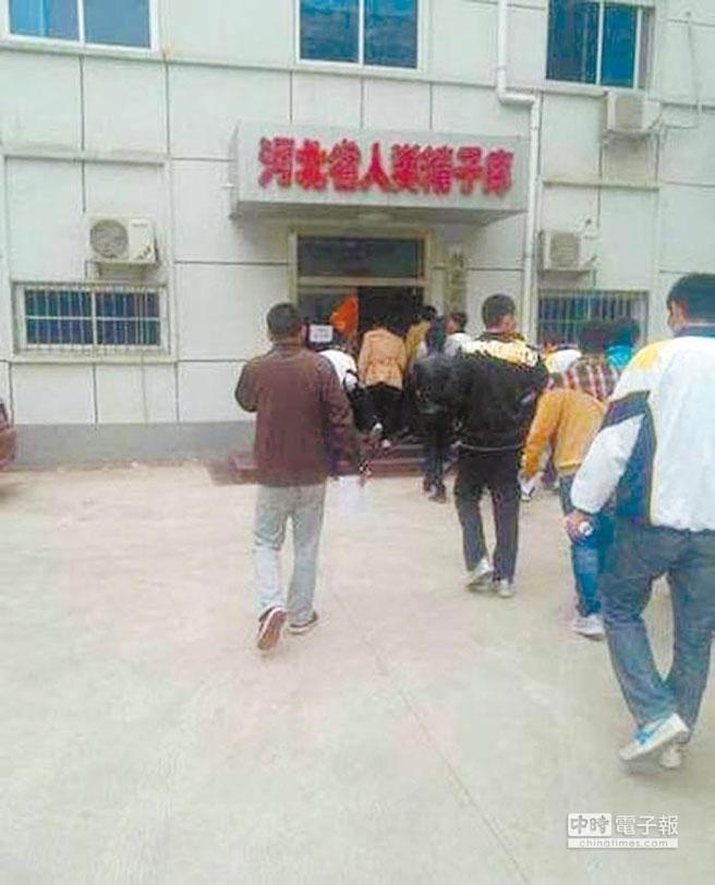 學生們走進河北省人類精子庫辦公樓。(取自中新網)