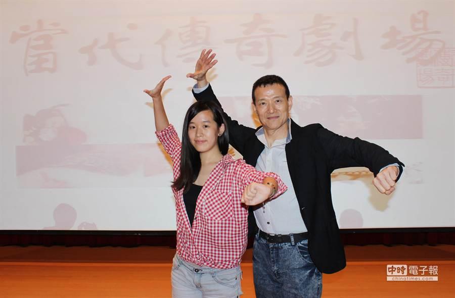 吳興國老師與修課同學展示京戲身段「山膀」。(台科大提供)
